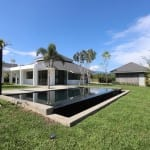 New single-storey house with pool